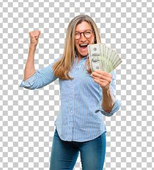 Концепция оплаты, покупки или денег старшей красивой женщины