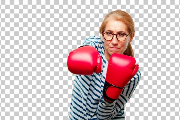 Перчатки бокса старшей красивой женщины нося