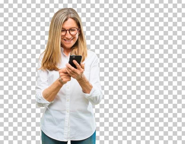 Старшая красивая женщина с умным телефоном экрана касания