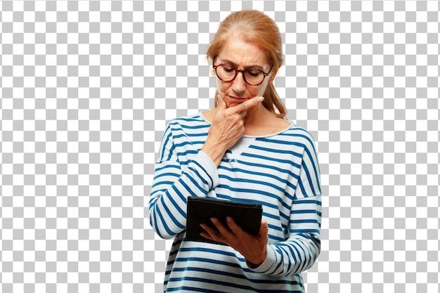 Старший красивая женщина с сенсорным экраном планшета