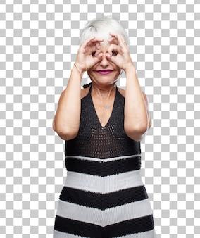シニアクールな女性は驚きと不信の目をこすり、驚いたり恐れて、おそらく泣いています。
