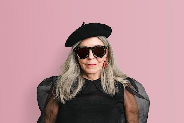 Старшая женщина в моде снимает макет