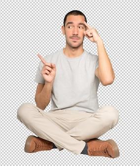 Серьезный молодой человек делает жест концентрации