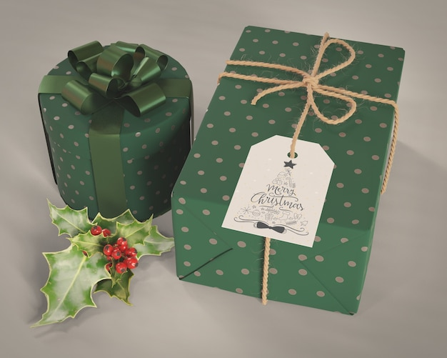 Набор подарков, завернутый в декоративную зеленую бумагу