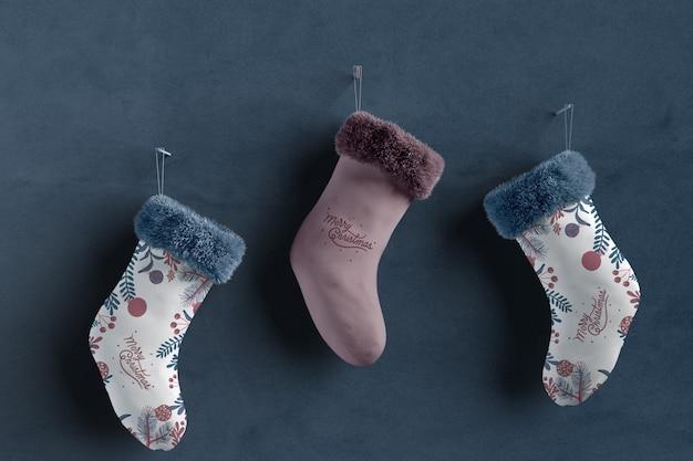 Set di calzini collezione su mock-up a parete