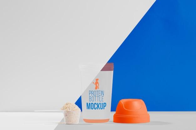 Shaker e cucchiaio con concetto di mock-up palestra in polvere