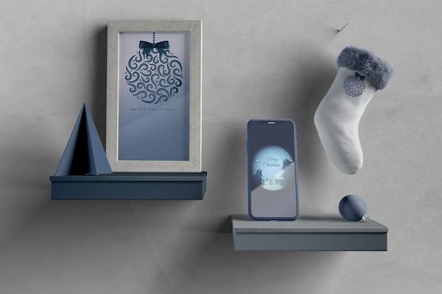 絵画と電話のモックアップが付いている棚