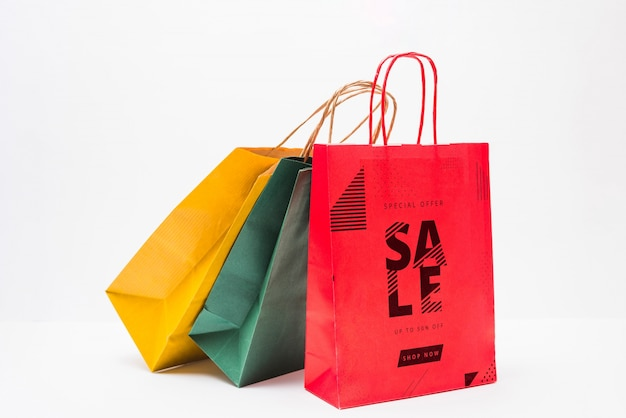 異なる色のショッピングバッグモックアップ