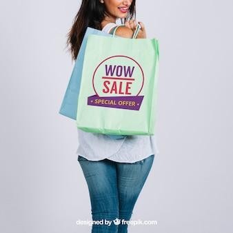 女性とショッピングバッグモックアップ