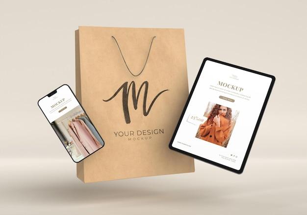 장치와 종이 봉지를 사용한 쇼핑 개념