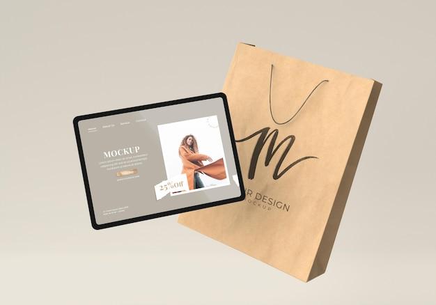 태블릿과 종이 가방을 사용한 쇼핑 개념
