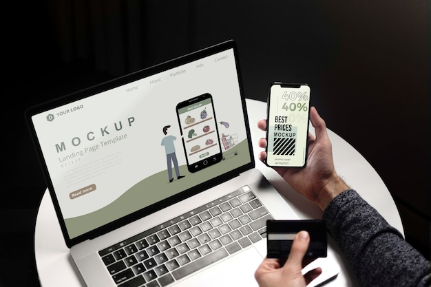 ノートパソコンと電話でオンラインショッピング