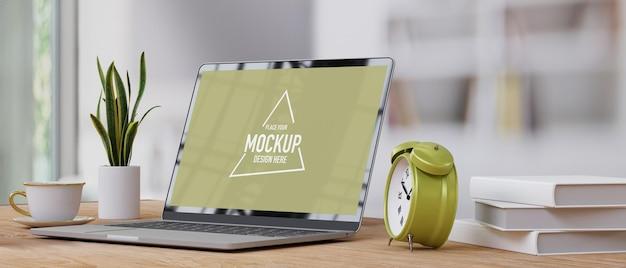 Вид сбоку крупным планом домашний офис с будильником макета экрана ноутбука на минимальном деревянном столе