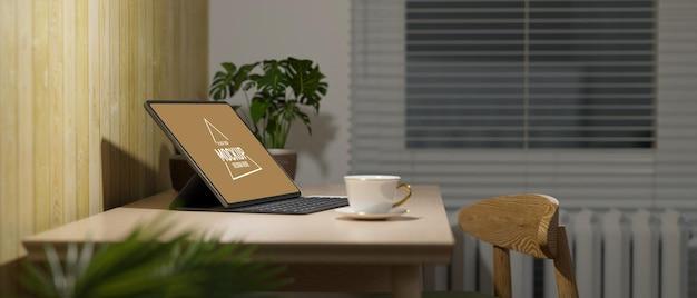 나무 테이블에 키보드가 있는 거실 디지털 태블릿의 측면 보기 아늑한 홈 오피스 인테리어