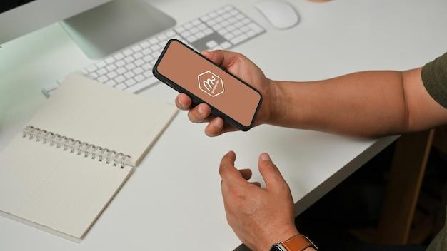 스마트 폰을 사용하는 사람 손의 측면보기