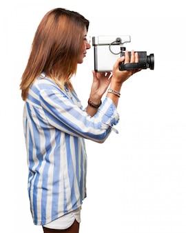Вид сбоку женщины концентрированной записи с ее камерой