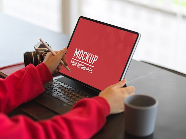 Вид сбоку женщины в красном свитере макет планшета