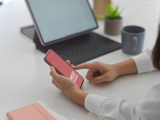 スマートフォンのモックアップを使用して女性の側面図
