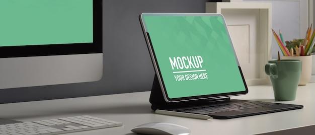 Рабочий стол домашнего офиса с макетом цифрового планшетного компьютера, вид сбоку