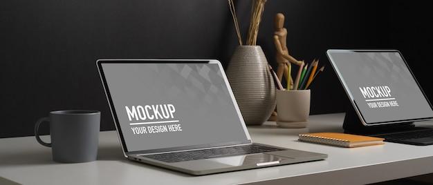 タブレットのモックアップと装飾が施されたホームオフィスデスクの側面図