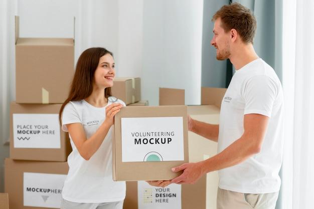 食糧寄付の箱を扱うボランティアの側面図