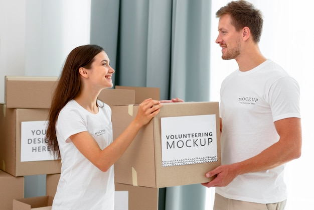 食料品の箱を扱うボランティアの側面図