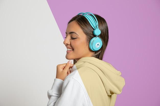 ヘッドフォンで音楽を聴く女性の側面図