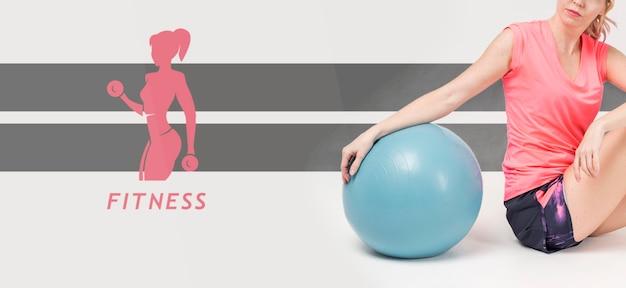 エクササイズボールを持つ女性の側面図