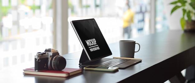 Рабочий стол офиса с макетом цифрового планшета, вид сбоку