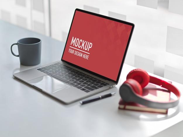 デジタルタブレットのモックアップと作業台オフィスの側面図