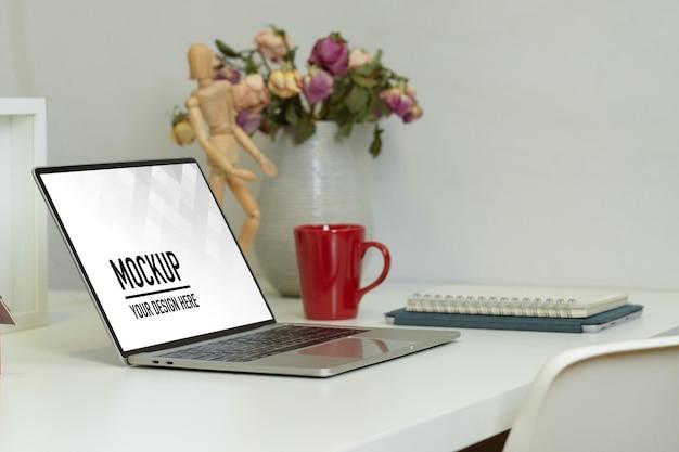 ノートパソコンのモックアップと作業台の側面図