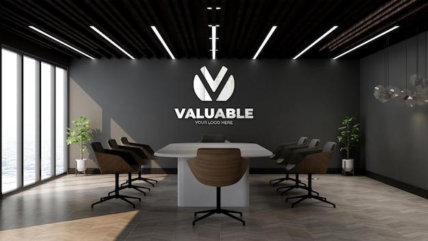 Серебряный макет логотипа компании в офисе, конференц-зале с черной стеной