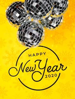 Серебряные элегантные новогодние шары на желтом фоне