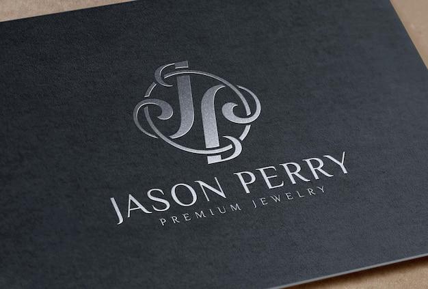 Мокап логотипа с тиснением серебряной фольгой на черной бумажной карточке
