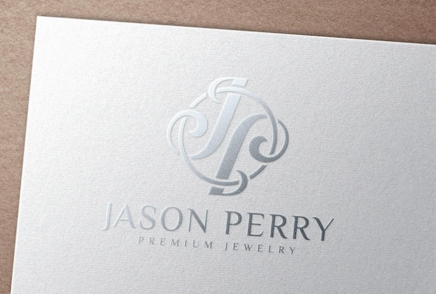Мокап логотипа тиснения серебряной фольгой на белой бумажной карточке