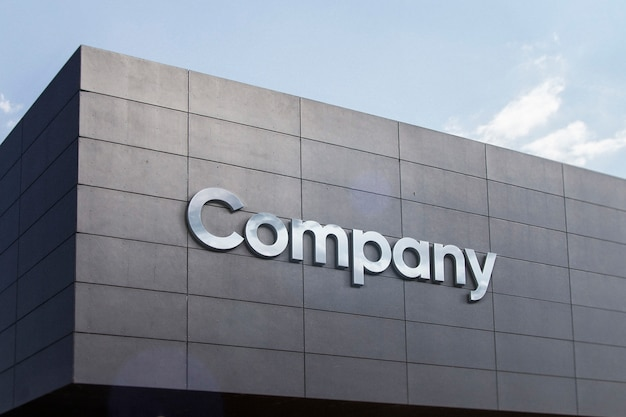Серебряные буквы на фасаде здания