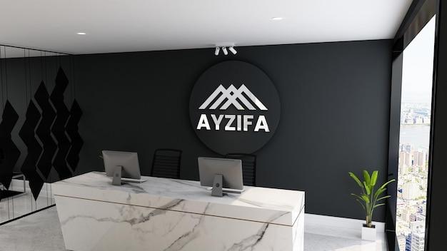 Офисный макет серебряного логотипа с черной стеной на стойке регистрации