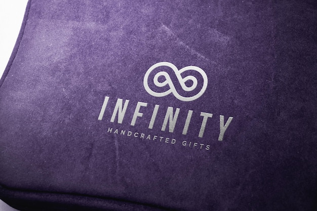 Серебряный логотип макет на фиолетовом ткани коробки