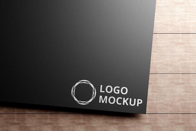 Серебряный макет логотипа на черной бумаге