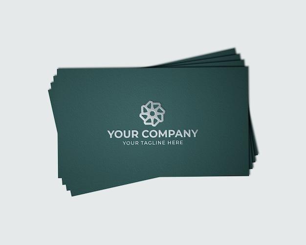 Серебряный логотип макет на визитке