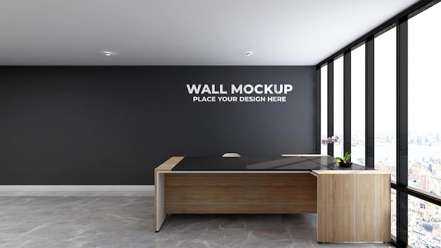 Серебряный логотип на макете комнаты администратора офиса