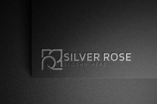 Макет логотипа серебряной розы на темной бумаге