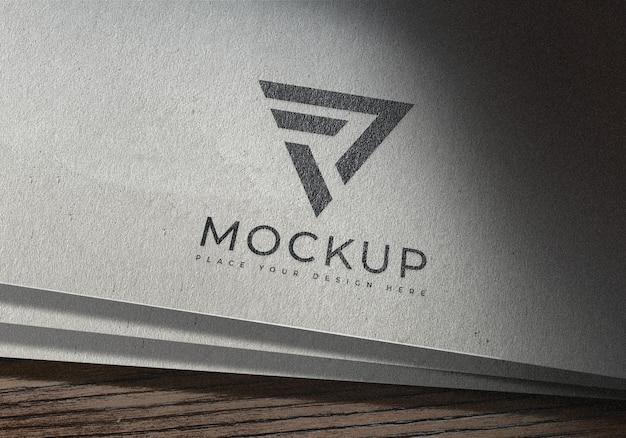 Мокап простого логотипа на белой бумаге