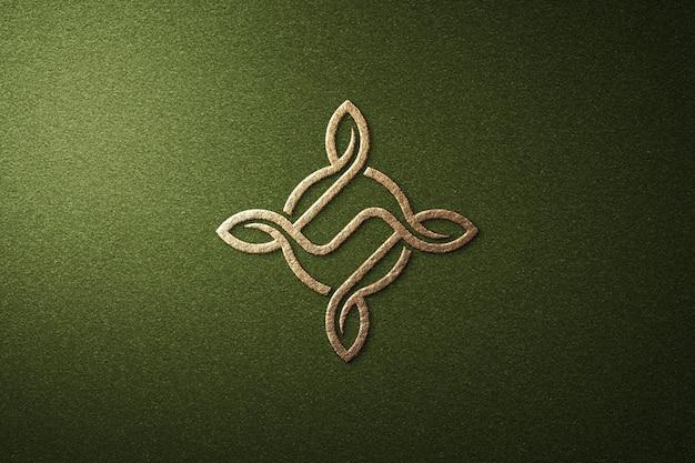 Простой роскошный макет логотипа из золотой фольги на зеленой прессованной бумаге