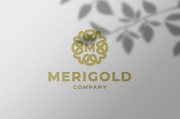 Простой роскошный макет логотипа с тисненым золотым блеском