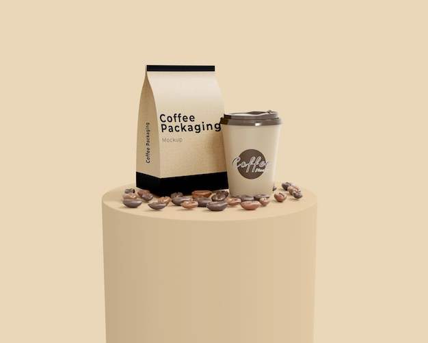 表彰台付きのシンプルな紙のコーヒーバッグとカップのモックアップ
