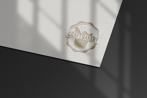 シンプルでリアルな紙プレスロゴモックアップデザイン