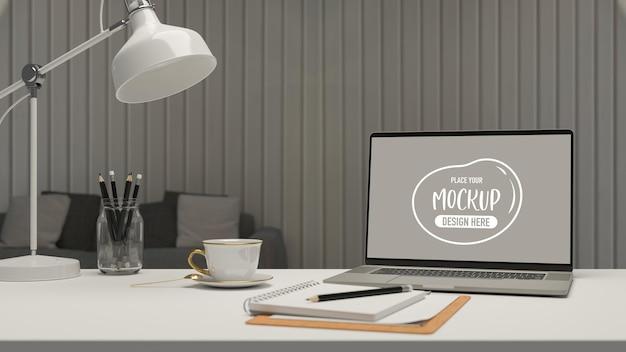 ノートパソコンの文房具ランプとコーヒーカップの3dレンダリングを備えたリビングルームのシンプルなワークスペース