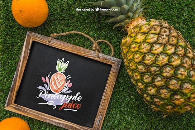Ardesia e ananas su erba