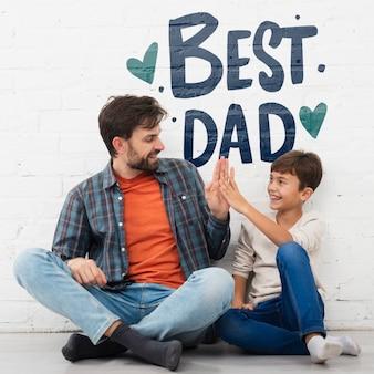 아버지에게 긍정적 인 메시지를주는 작은 아이